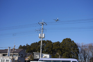 見慣れない飛行機が飛ぶ。入間の基地が近いのだ