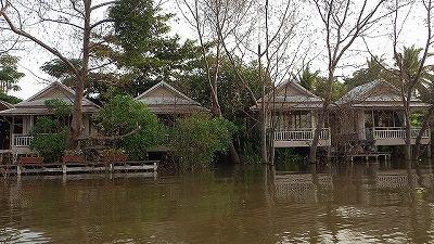 岸沿いには水上家屋が建ち並ぶ