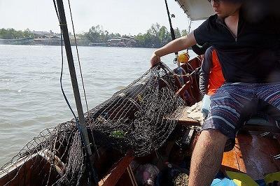 巨大ネットは普段は船べりに無造作にたたまれている。