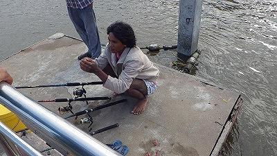 エイ釣り中に岸でナマズを釣っている青年に出会った。エイ釣りの対極にある100%自力の釣りがこの時はとてもうらやましかった。