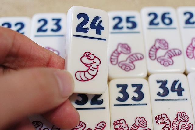 ダイスの目に応じて数字のタイルを取っていく。麻雀牌のような質感で妙に手に馴染んだ。