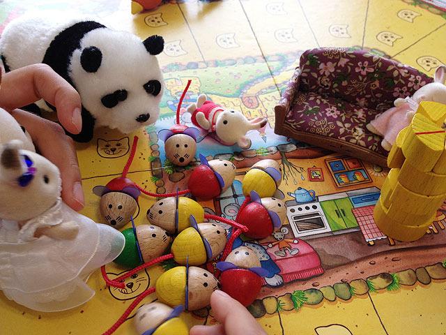 次第に別の人形なども導入され完全におままごとの世界へ。混迷を極める。