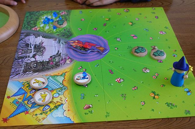 これもサイコロを振ってコマを進める、すごろくタイプのゲーム。サイコロには魔女の目があり、それが出た時は魔女のルーレット(ゲーム盤中央)を回す。