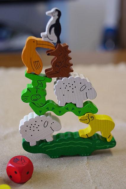 ワニの上に崩さないよう動物を乗せてくバランスゲーム。