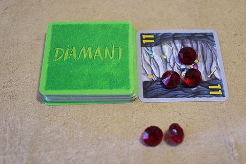お宝カードが出たら、数字分のルビーを人数で割りして配る。4人いれば11÷4で、ひとり2個ずつルビーを分配し、余った3個は洞窟に残す。
