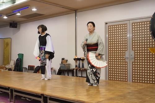 西の雅常磐につとめて43年のお姐さん(83歳)も登場、 日本舞踊を披露。