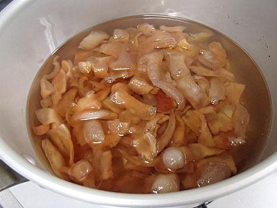 このあぶらで揚げ物すると凄くうまい。しかし今日は肉を煮る。