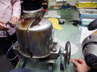 帽子を成形するための装置。熱源が入っていてアイロンのような役割を果たす