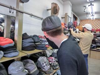 横山「どうかな」 振り返ったときにはきだてさんは別の帽子に夢中