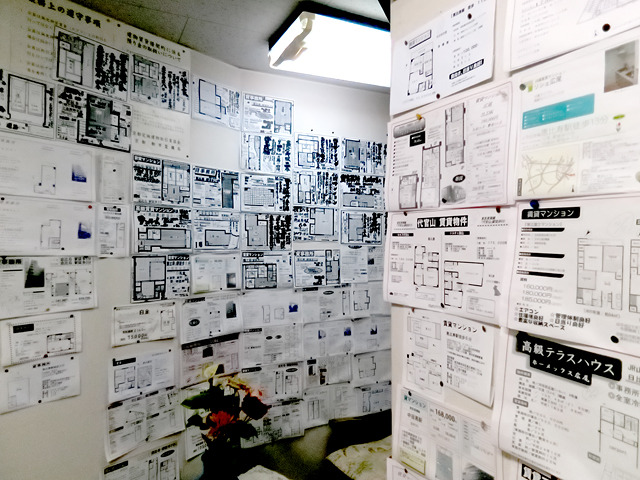 事務所内にもところ狭しと物件情報が。
