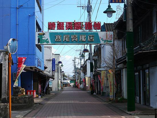 写真では静かな商店街だけれど、J-POPが流れています