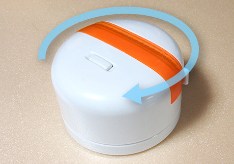 電動パノラマ雲台。真ん中の白いスイッチを押すと回転する。