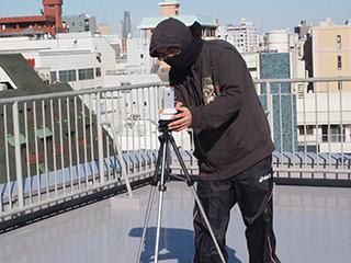 忍者、自宅マンションの屋上で分身撮影用の機材設営中。