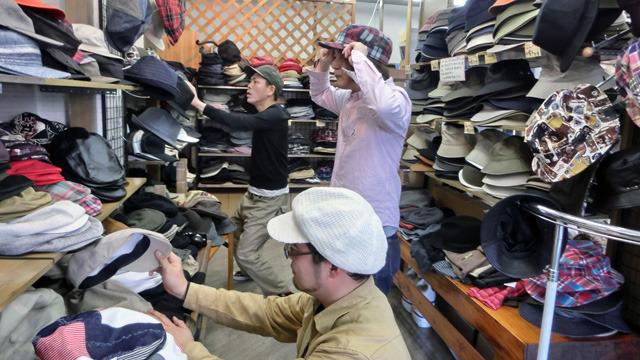 大きいサイズのハンチング、キャスケットなど文化系の帽子を作って売る店が愛知県岡崎市にあった。オーバー60センチのおっさんが瞳孔開きっぱなしになっているようすとともに紹介します。(林)