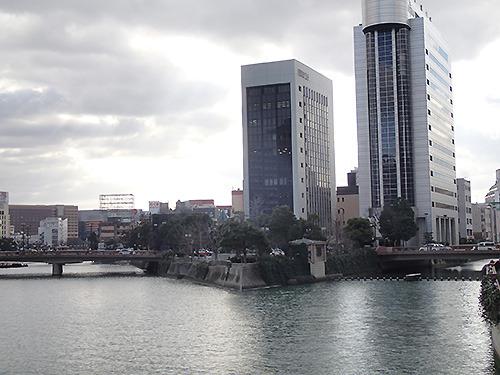 引いてみるととんがりを挟んで川が分かれていることがよくわかる。
