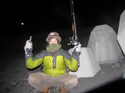 こんな装備で臨む。防寒具とライトは必須。釣竿を持っているのは、泳いでいる深海魚を発見した場合に釣り鈎で引っ掛けるため。