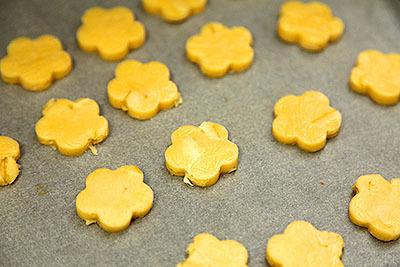 ノーマルクッキーは見分けが付くように花型にした。