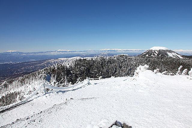 北横岳山頂からの眺め。右のプリンみたいな山が蓼科山。遠くには北アルプス、乗鞍、御嶽山などが見える。