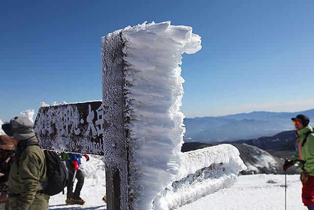 風上に向かって伸びる氷。「エビの尻尾」と呼ばれる。