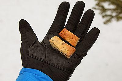 手袋で触っても平気。べたついたりしないし、粉が付いたりもしない。