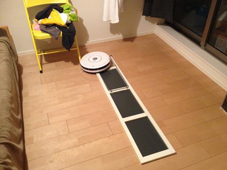 ある日、家に帰るとルンバが鏡を倒してその上でエラー起こして止まってた(後にこの鏡はルンバに割られる)。