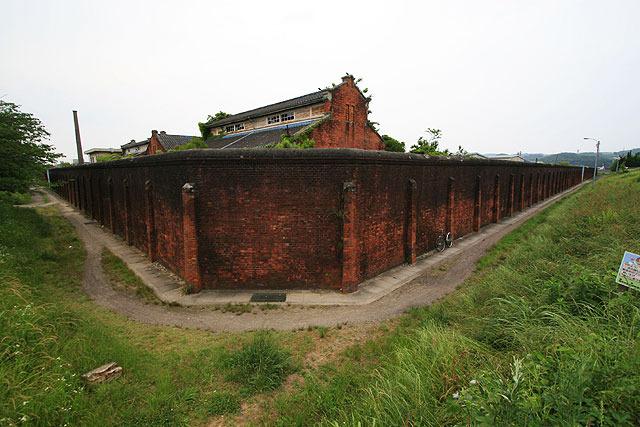 外周をぐるっと赤煉瓦の塀で囲っていたのが、 (2007.5)