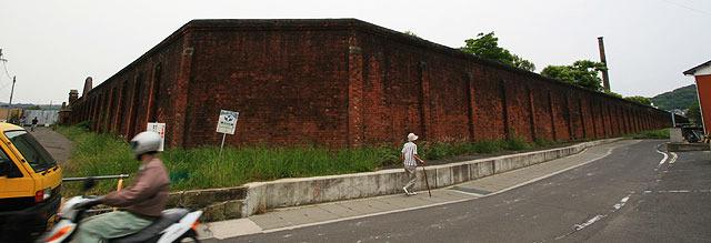 厳めしい赤煉瓦の塀が… (2007.5)