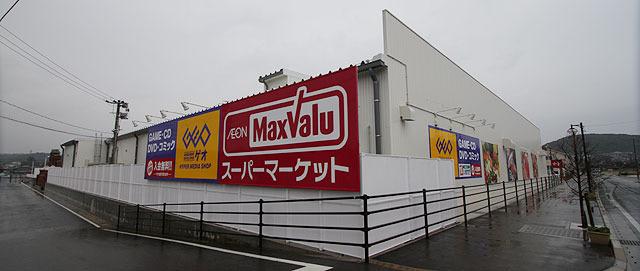 白い商業施設の壁に! (2013.2)