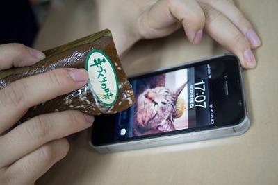 動くかというより、iPhoneにペトッと吸い付くなんとぅ。