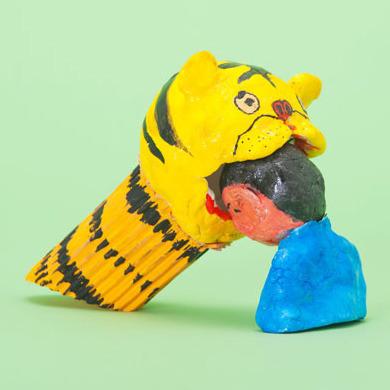 2年前の貯金箱コンクールの入賞作は虎に頭をかじられている人。しかもタイトルが「なつのおもいで」。いったい夏に何があったのか。仏像やフルーツポンチも貯金箱になってます。(林) ※写真は第35回「私のアイデア貯金箱」 小学校1年生の部 文部科学大臣奨励賞 菊田 康介さん 「なつのおもいで」