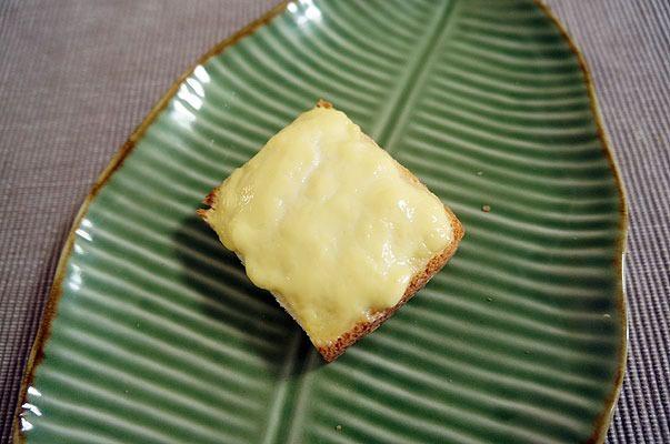 焼けたプリンの表面は、チーズのような質感になった。