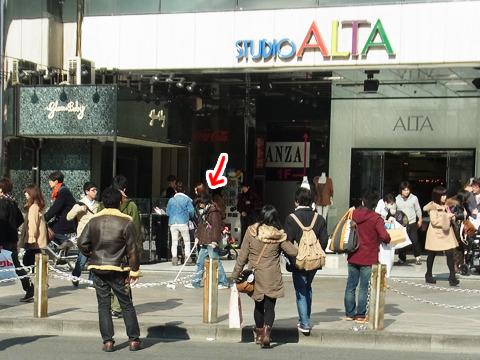 新宿待ち合わせ場所の代名詞、アルタ前でコロコロする