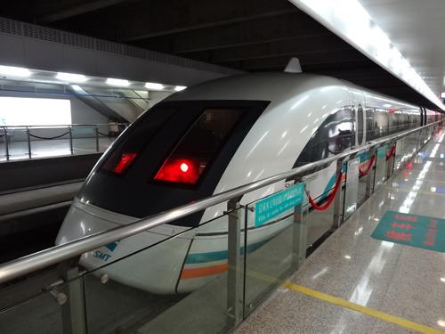 写真を撮ってたら何人か分からないアジア人も写真を撮っていた。とんがった鉄道が好きなのはアジア共通である。