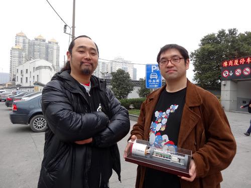 左がいんちき番長、右がダイナミックコグマ代表瀬高さん。写真が急に昼になるのは後日、昼に撮ったからである。次の写真からまた夜に戻ります