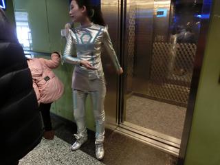 これぞ未来、というコスチュームのエレベーターガールに導かれて上に