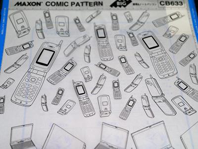 携帯電話&ノートパソコン。結構古めな機種というあたりがまた……