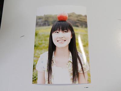 おどけた顔で頭の上にリンゴを乗っけているカワイコちゃんも……