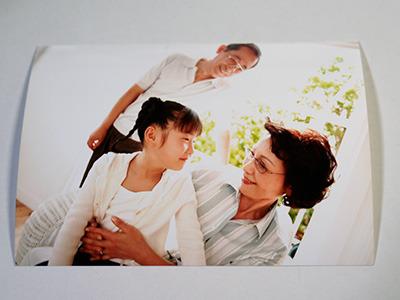 おじいちゃんおばあちゃんと孫かな? こんなほのぼのとした写真が……