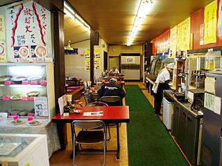 菅原文太がデコトラで来店しそうな雰囲気のお店。