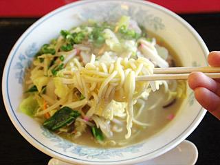 店の二番人気だというチャンポン。モチモチしたストレートの太麺が、僕が知っているチャンポンの麺(リンガーハット)と全然違った。なんとなく昔のスパゲティっぽい麺。