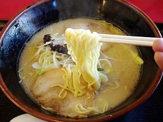 とんこつラーメンもいわゆる博多ラーメンの麺とは違って、昔流行ったサラダ用スパゲティみたいな食感。