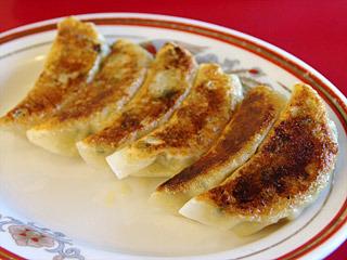 一番人気の餃子は、ニラが効いた家庭的なタイプ。