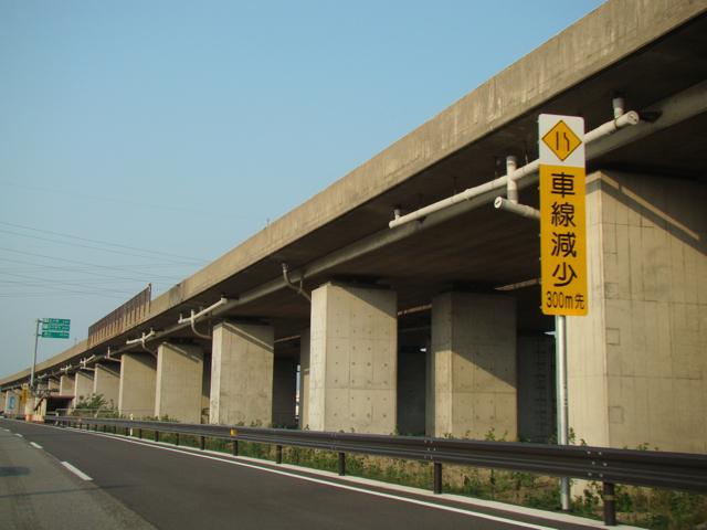 スタンダードな長方形の柱、壁式の橋脚がこれでもかと並ぶ。地味だ。