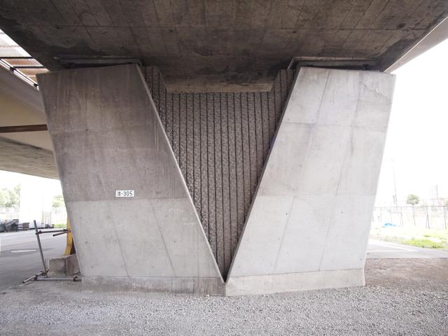 あるいは、東京はお台場で発見した、めちゃめちゃオシャレな壁式橋脚がこれである。地域間格差である。ジェラシー。