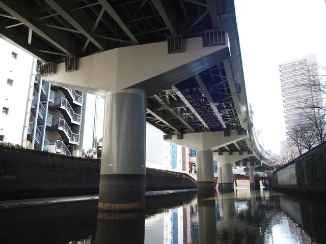 船の進行を妨げないT型は水路に映える。