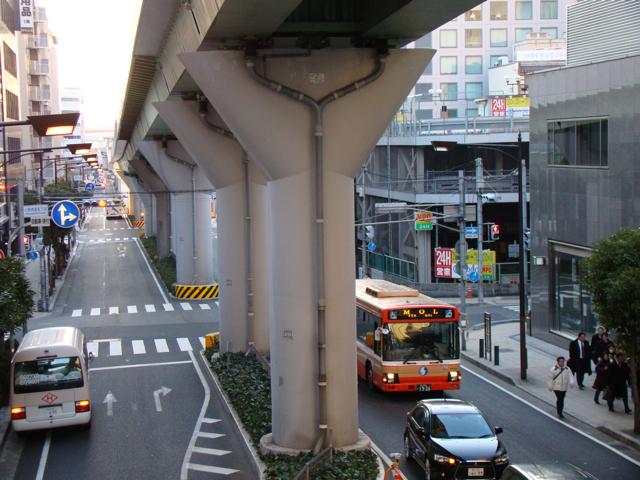 こちらは、神戸の六甲ライナーを支えるキュートな柱式。もんじゃ焼きのヘラに似ている。