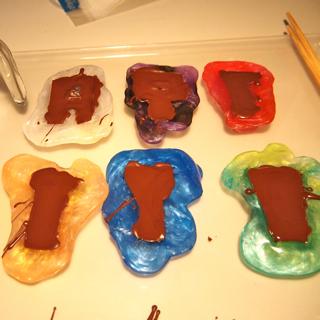 溶かしたチョコレートを流し入れ、冷やし固める
