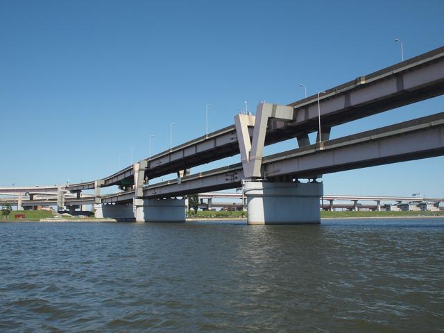 堀切JCTからの二階建て道路を、側面がV、という変則技で支える。