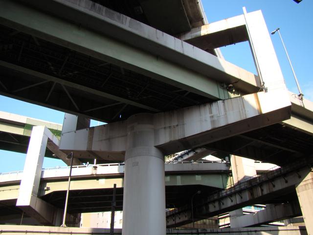 東京よりもさらに輪をかけてしっちゃかめっちゃかな、阪神高速でよく見かける。
