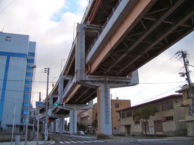 ラケット型が堂々と立ち並ぶこのゾーンは、全国的にも珍しい、神戸港のシンボルである。